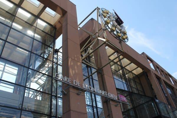 La Gare de Lyon-Part-Dieu se trouve à côté du célèbre quartier d'affaire qui porte le même nom. Pour vous transporter entre vos rendez-vous, vous gagnerez du temps avec un chauffeur VTC à votre service et en mise à disposition