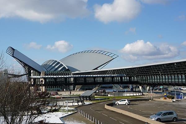 Offre de transport unique et confortable entre la ville de Lyon et l'aéroport Lyon-Saint-Exupéry. Chauffeur VTC depuis votre domicile vers le terminal d'enregistrement.