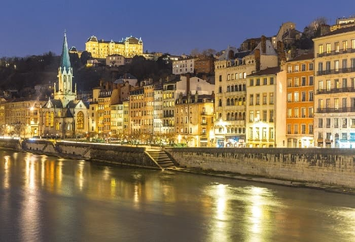 Découvrez Lyon confortablement assis dans un véhicule VTC à travers la vieille ville, le centre historique, Pérouges, Amphithéâtre des Trois Gaules, Aqueduc du Gier, Atelier Mattelon et tout autre site historique